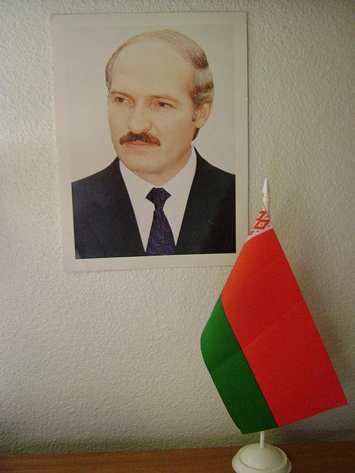 Et officielt portræt af Lukasjenko og et hviderussisk flagFoto: Zachary Harden