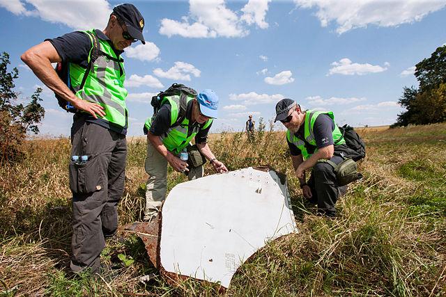 Hollandske og australske eksperter undersøger resterne af det malaysiske fly, som forulykkede  i Østukraine den 17. juli   Foto: Ministerie van Defensie