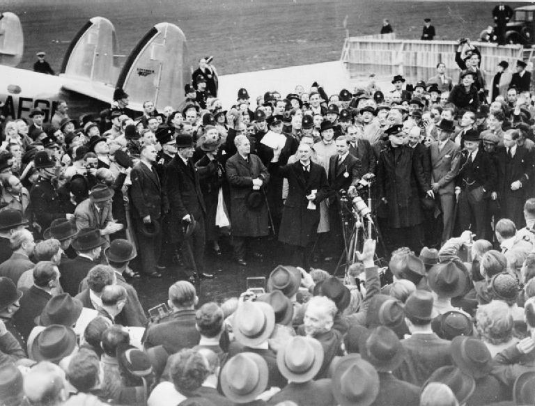 Neville Chamberlain blev hyldet ved sin ankomst fra München. Foto: Ministery of Information