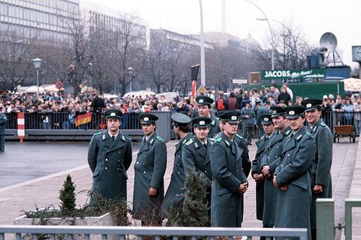 Det østtyske politi ved officiel åbning af Brandenburger Tor den 22. december 1989 Foto: SSGT F. Lee Corkran