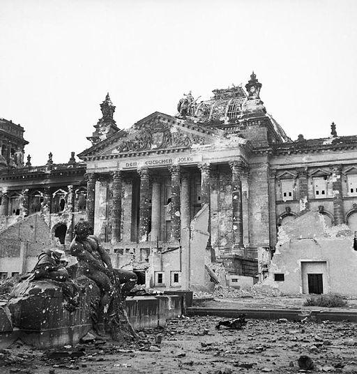 Reichstag efter de allieredes bombning af Berlin i maj 1945