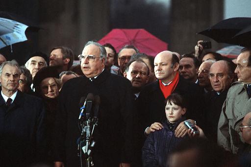 Helmut Kohl taler ved åbningen af Brandenburger Tor i 1989 Foto- SSGT F. Lee Corkran
