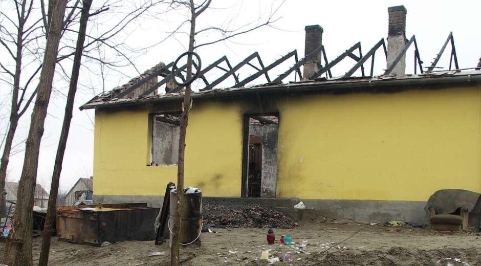 Resterne af et hus i Tatarszentgyörgy, hvor en romafar og hans femårige søn mistede livet Foto: Ota Tiefenböck