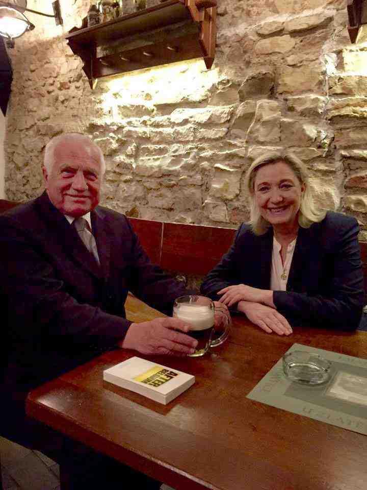 Vaclav Klaus og Marine Le Pen på et værtshus i Prag  Foto: Institut Vaclava Klause