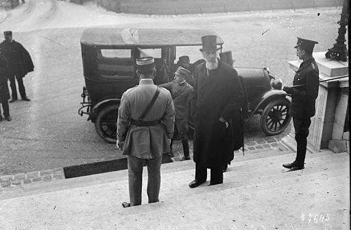 Greve Apponyi, leder af den ungarske delegation, ankommer til Trianon Foto: Wikimedia