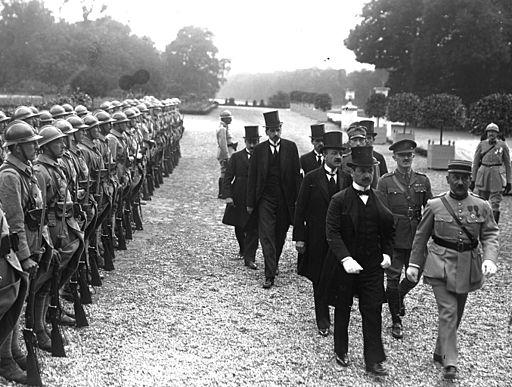 Agost Benard og Alfred Drasche, de to underskrivere af aftalen, ankommer til Trianon Foto: Wikimedie