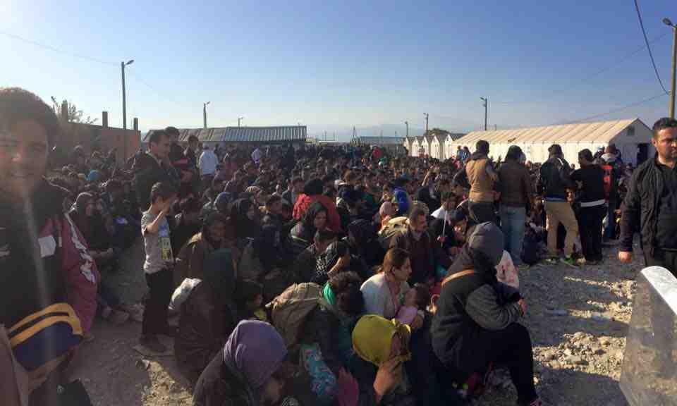 Migranter på den makedonske grænse Foto- Help Refugees