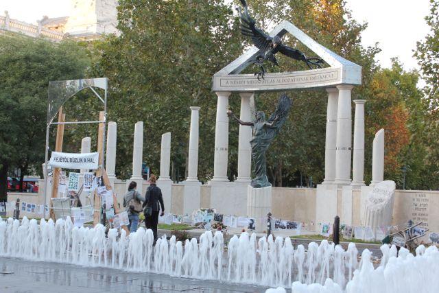Også Budapest en kontrovesiel statue, som menes at være et forsøg på at omskrive Ungarns historie under Anden Verdenskrig Foto: Ota Tiefenböck