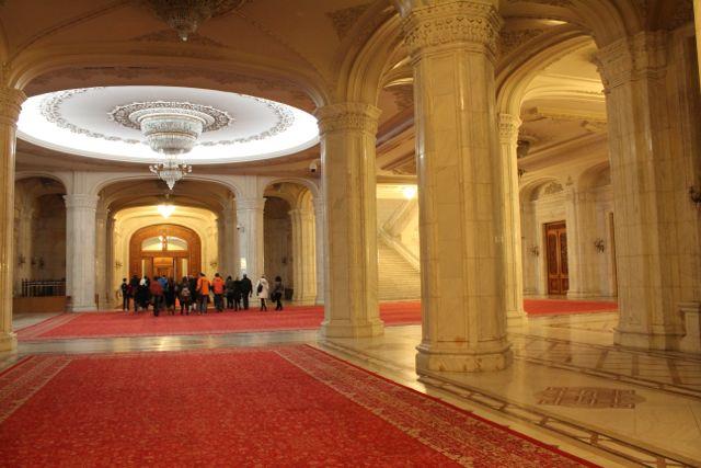 Gangen til en af hallerne i Ceausescus palads Foto: Ota Tiefenböck