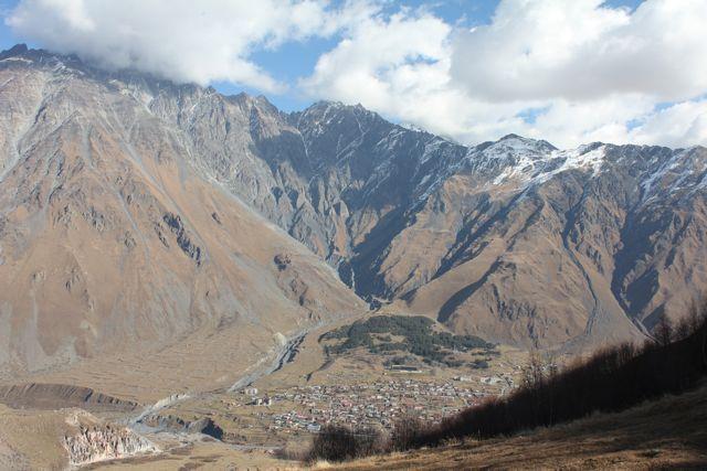 Udsigten til Kazbegi landsbyen Foto: Ota Tiefenböck