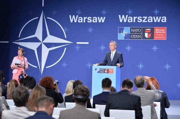 Jens Stoltenberg ved pressekonference i Warszawa Foto: NATO