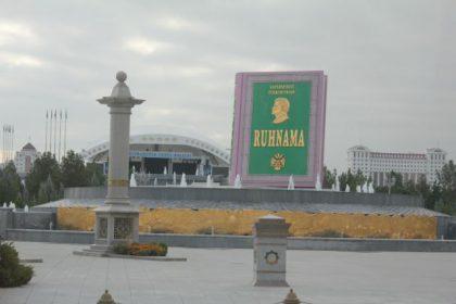 Ruhnama i Turkmenistans hovedstad Ashgabat Foto: Ota Tiefenböck